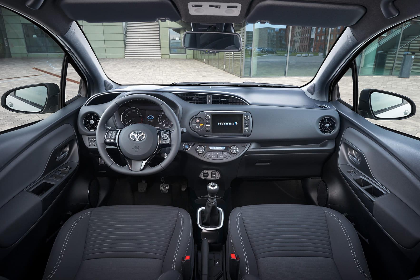 renting toyota yaris hybrid interior delantera