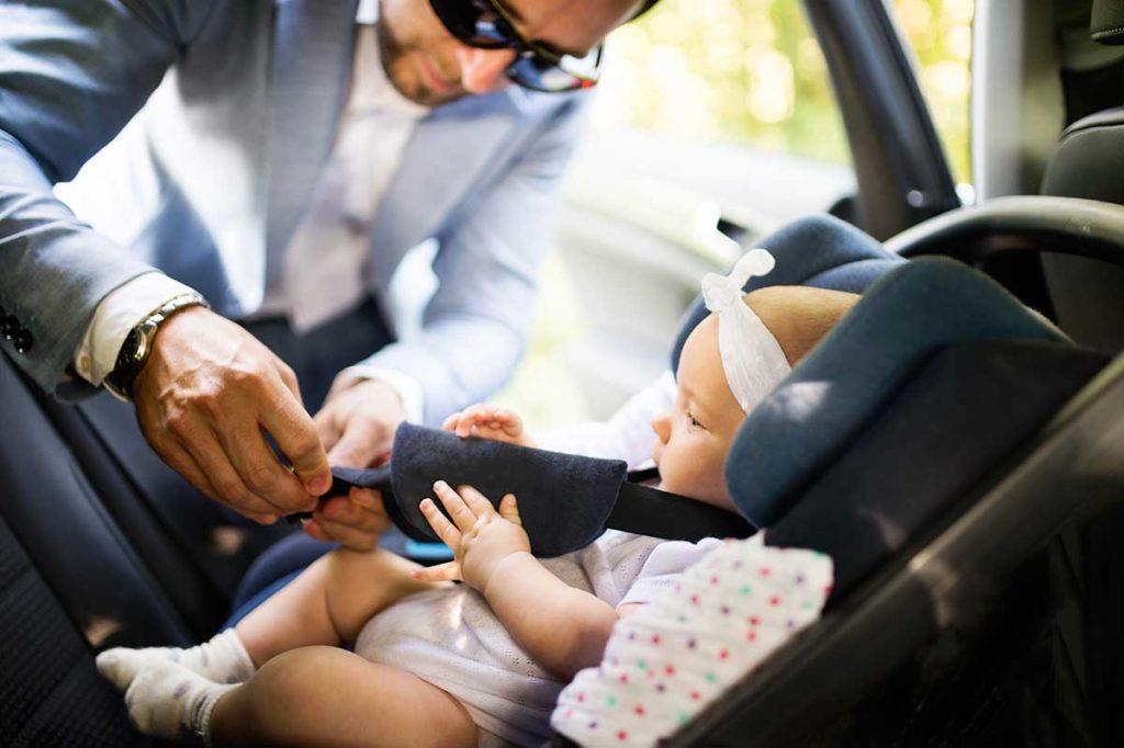 ¿Cuál es la manera más segura de llevar bebés y niños en el coche?