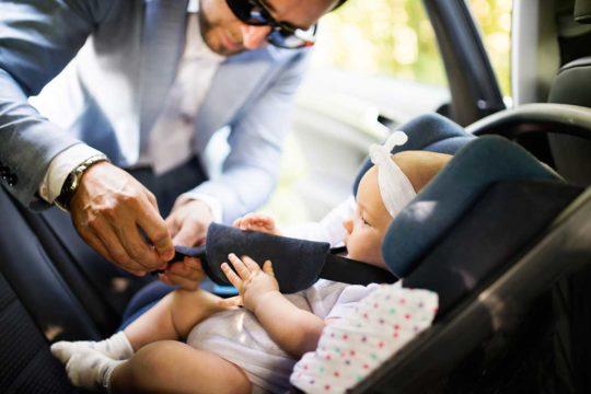 La manera más segura de llevar bebés y niños en el coche