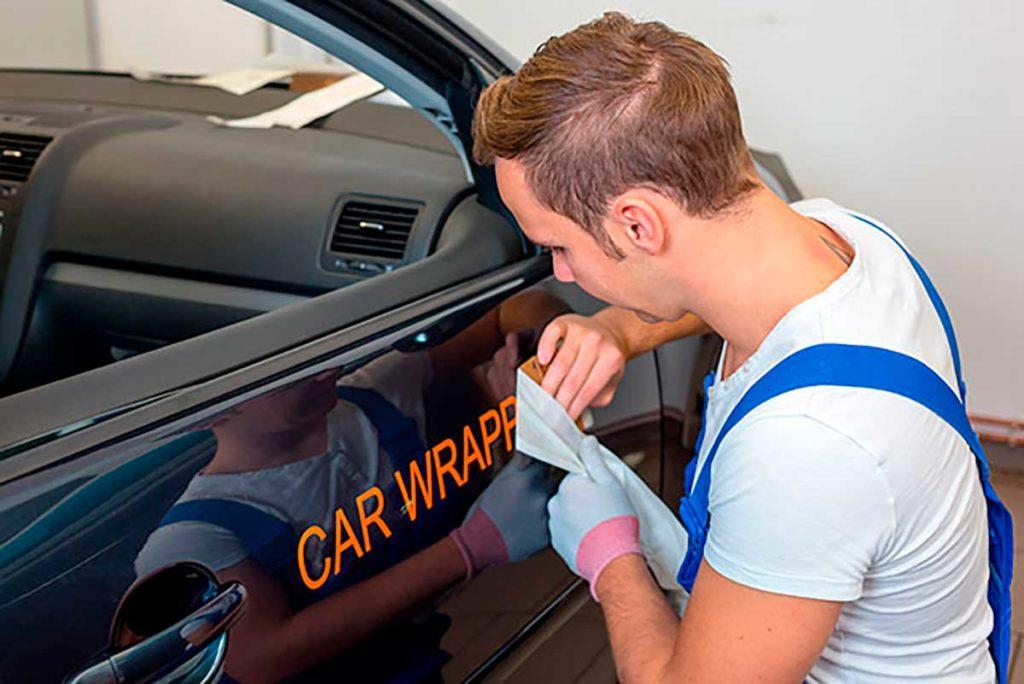 Vehículo rotulado con Renting Finders