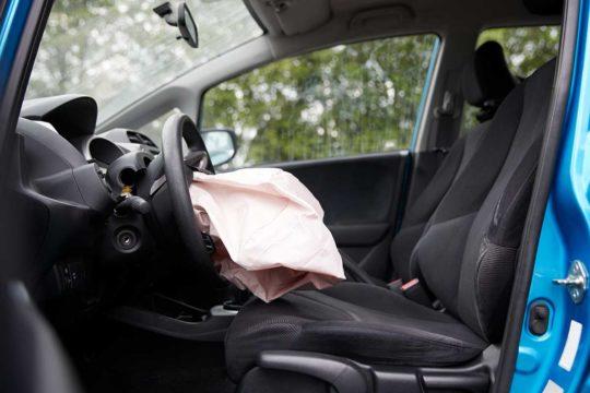 Posturas que pueden ser mortales en un accidente de coche