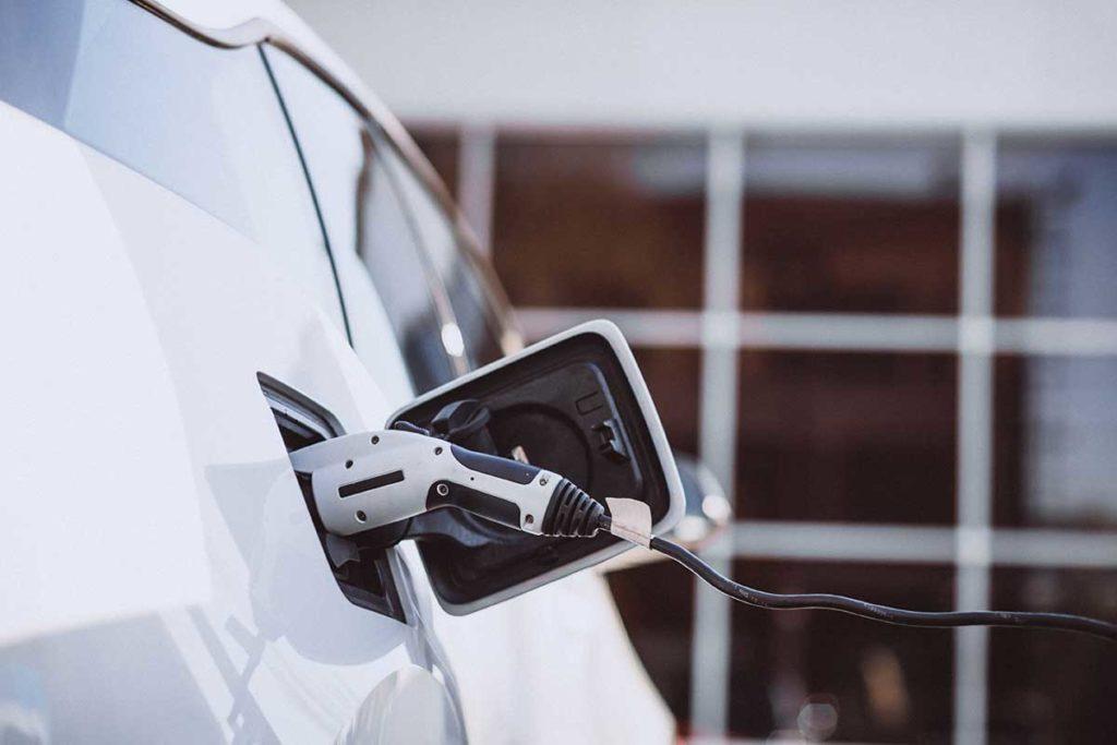 Ventajas y desventajas de los coches híbridos y eléctricos