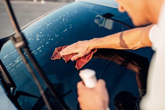 Trucos para mantener limpios los cristales de tu coche