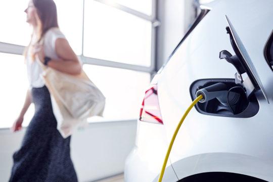 Cómo realizar el mantenimiento de un coche eléctrico