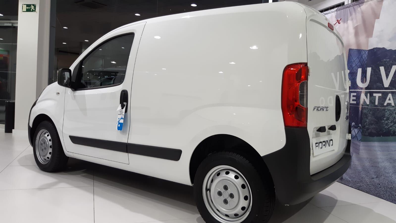 Lateral del Fiat Fiorino blanco de 1 puerta